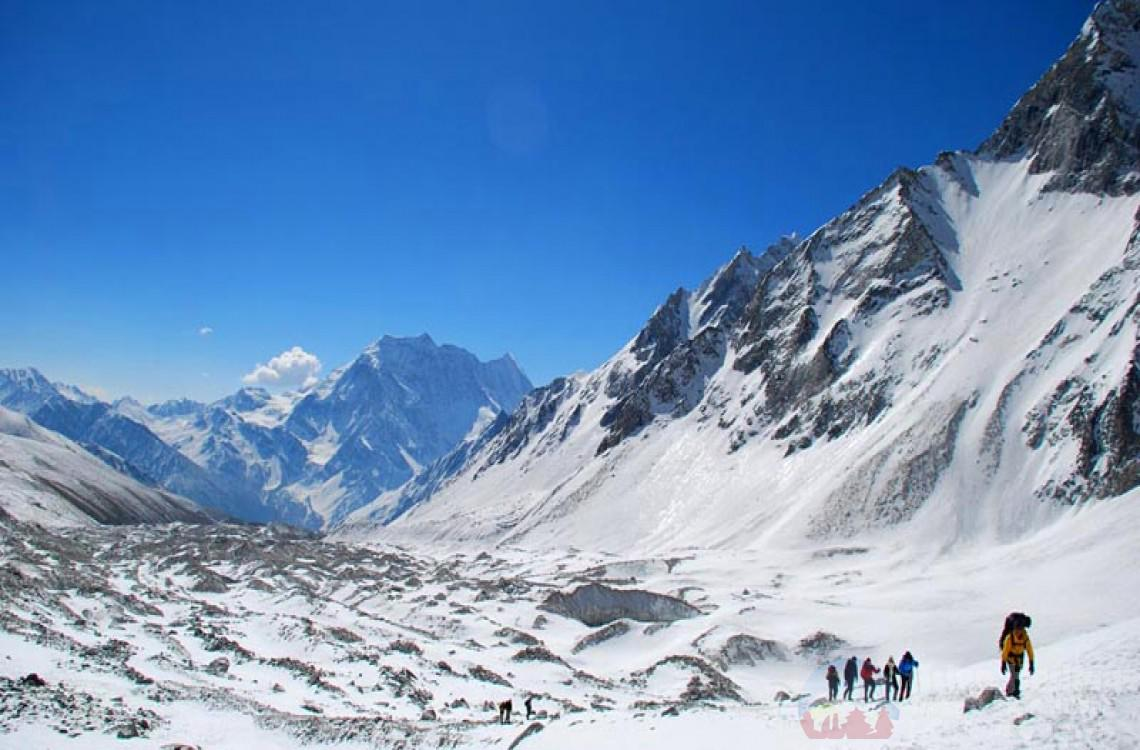 Larke-La pass at Manaslu