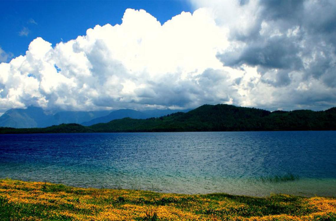 Majestic Rara lake